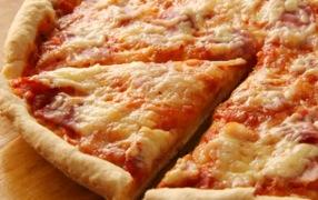 Pizzería fijará el precio de sus productos con base en un partido de futbol americano colegial