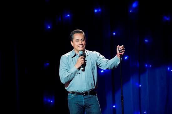 Fernando Platas como anfitrion en stand-up en Comedy Central