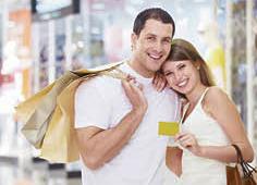Pareja de compras con tarjeta de crédito