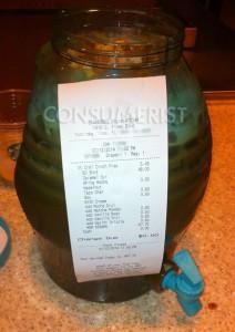 La preparación terminada y el ticket que muestra el costo con el descuento de la tarjeta de Starbucks.  Imagen: Consumerist