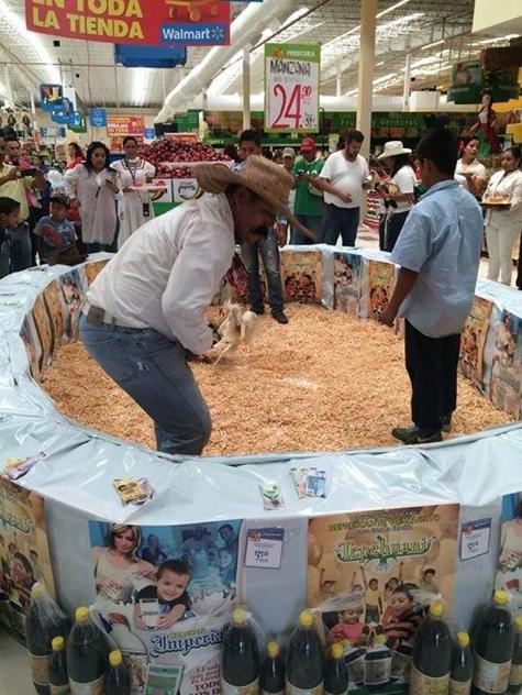 Organizan pelea de gallos dentro de Walmart para promover una bebida