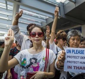 Manifestantes Hacen La Senal De Los Juegos Del Hambre Y Los Arrestan