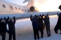 Pasajeros 'dan una mano' a avión afectado por las nevadas
