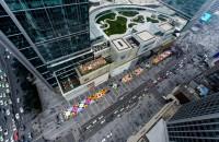 Observa la construcción de un colorido tapete monumental en China