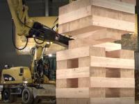 Viral: Maquinaria pesada juega al Jenga gigante (video)