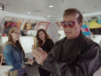 Schwarzenegger sale a la calle al más puro estilo de Terminator para promocionar el nuevo film