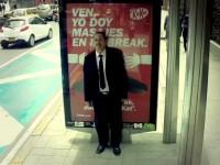 ¿Sufres estrés? Este billboard creado por Kit Kat te dará un masaje