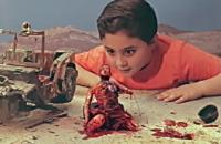 Muestran el impacto de la guerra con un anuncio de juguetes
