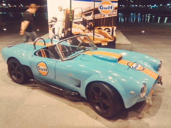 Para la presentación en la Argentina, Gulf Oil acondicionó un Cobra Shelby con los tradicionales colores de la marca: celeste y naranja.