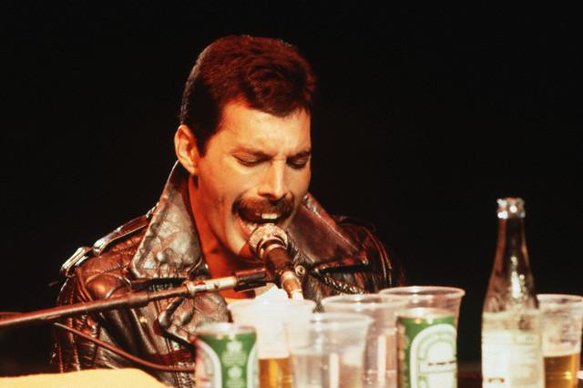 "Freddie en 1981, cantando ""We are the champions""."