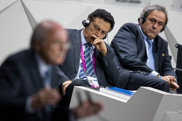 FIFA. Alfredo Hawit Banegas, el hondureño presidente de la Concacaf, rodeado por Joseph Blatter y Michel Platini.
