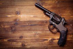 Niño exhibe arma de fuego