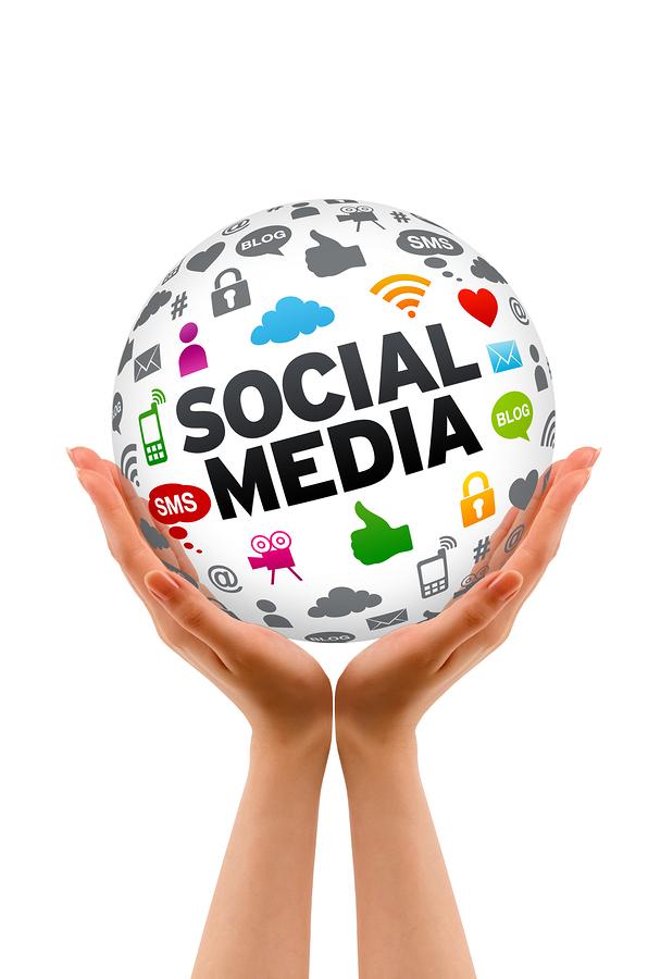 http://cdn21.merca20.com/wp-content/uploads/2016/05/bigstock-Hands-Holding-A-Social-Media-S-29831813.jpg