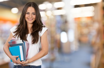 bigstock_estudiante_libros_mercadotecnia_marketing_digital_110595134