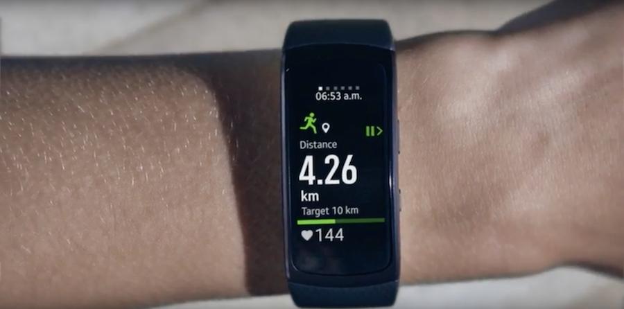 4625e0080c32 Samsung lanza una pulsera y unos auriculares para competir con el ...