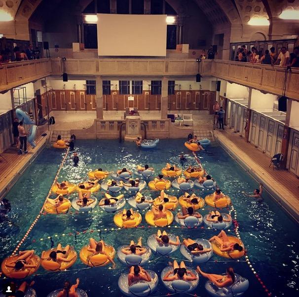 Promocionan un festival de cine proyectando tibur n for La piscina pelicula
