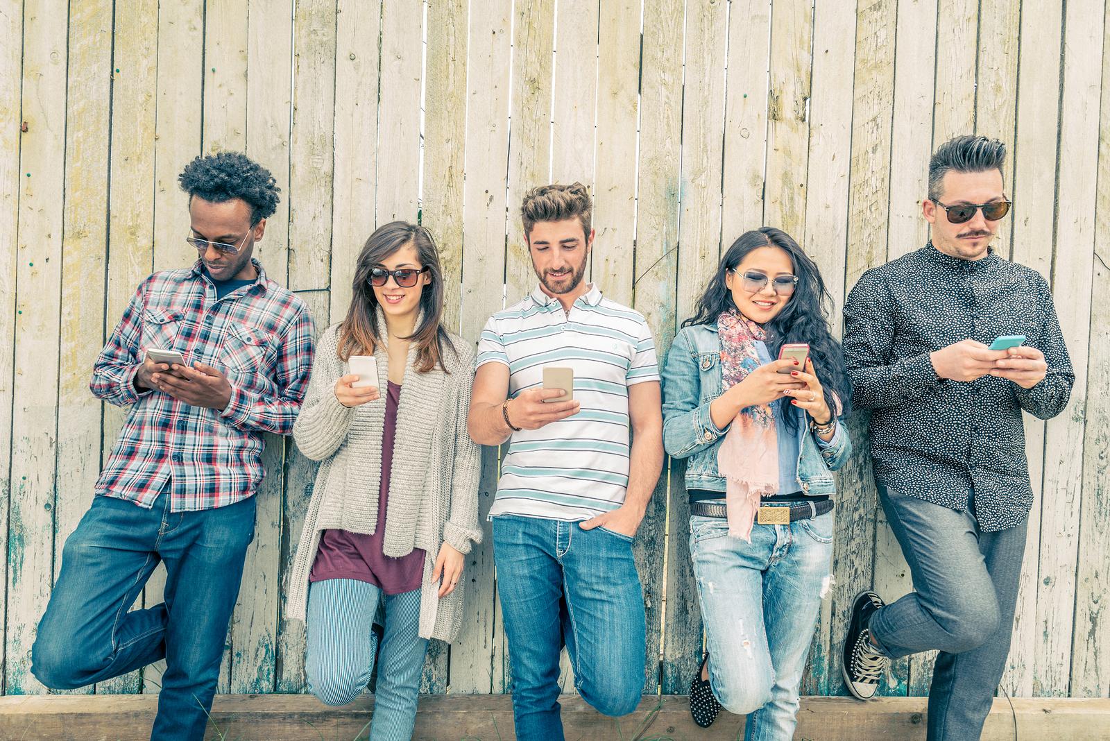 Generación Z, esto hacen con su smartphone cuando van de compras