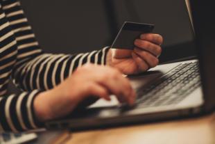 Muchos mexicanos aún tienen temor por usar su tarjeta de crédito en compras en línea.