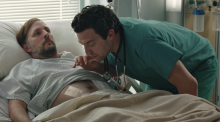 Hombre en cama de hospital