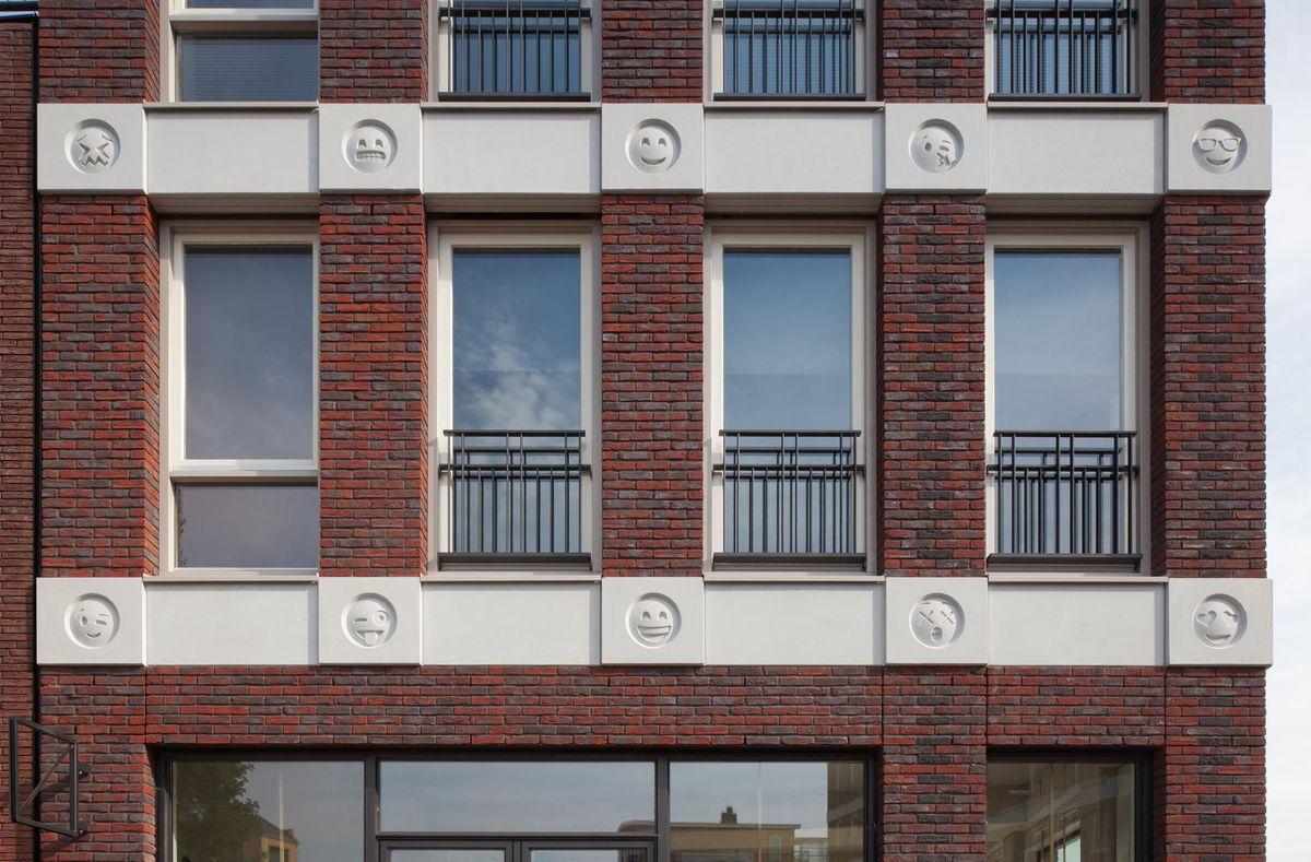 Construyen edificio y decoran su fachada con emojis de WhatsApp
