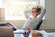 motivación -empleada motivada y feliz