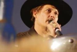 Johnny Depp en el Festival de Glastonbury. Captura de video de la página del festival.