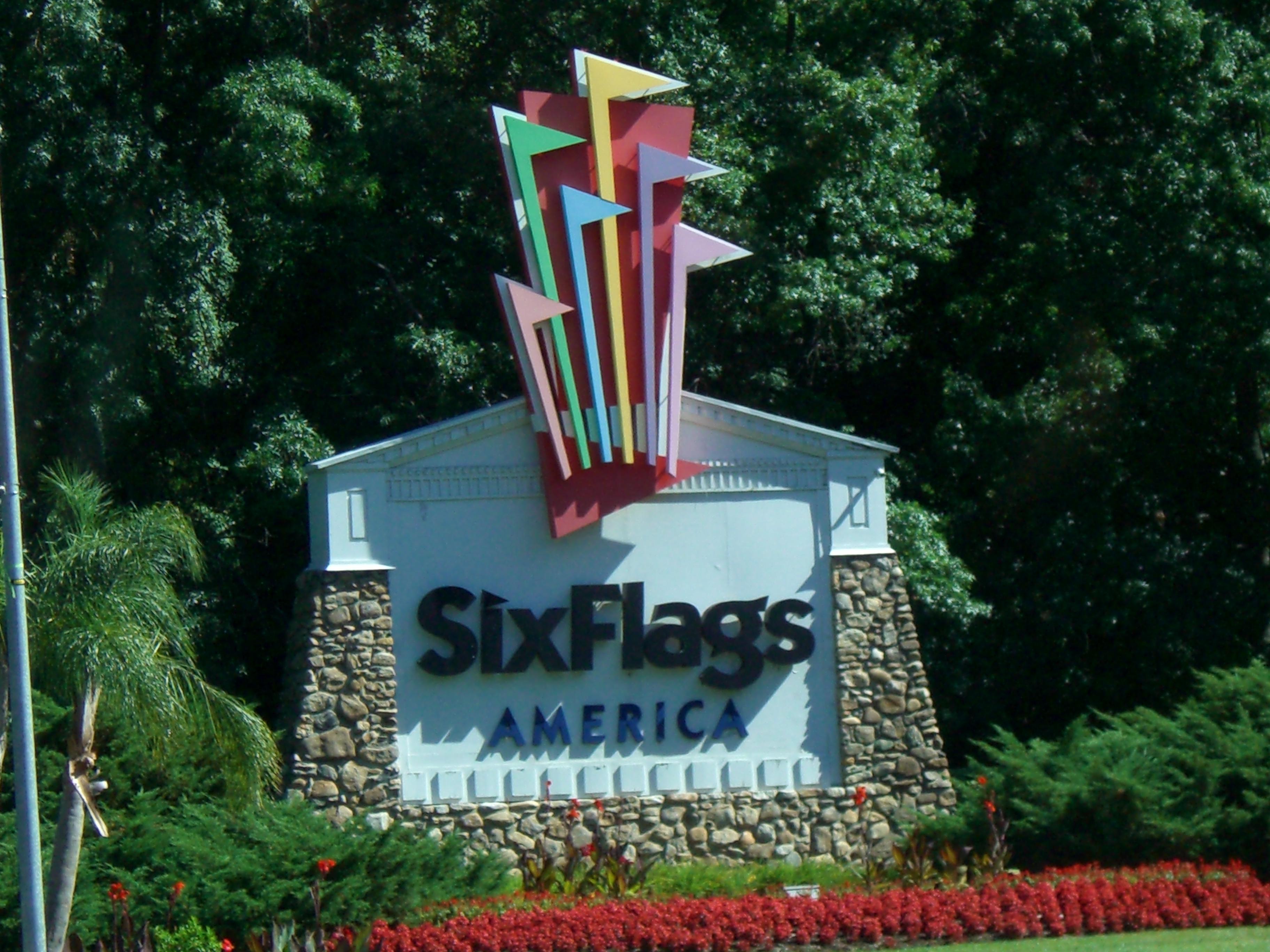 Six Flags decide ondear solo banderas estadounidenses