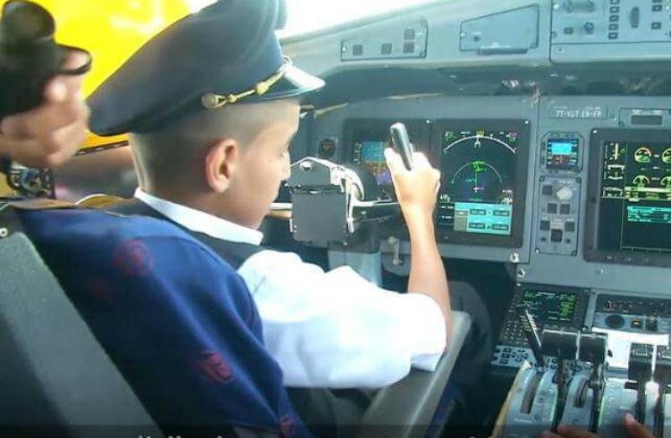 Suspenden a pilotos por dejar al mando a niño en vuelo comercial