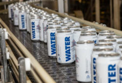 La fábrica dejó de hacer cerveza para enlatar agua. Foto: Anheuser-Busch