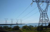 Torres de transmisión de energía desde Itaipú, una de las mayores presas del mundo.