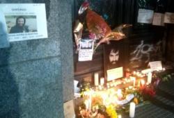 En la morgue se está formando un santuario en honor a Maldonado. Foto: Nodal.