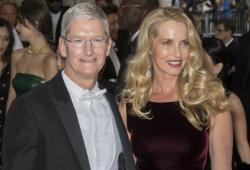 Tim Cook, CEO de Apple, y Laurene Powell-Jobs, viuda de Steve Jobs, en un evento de moda en 2016.