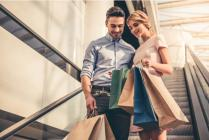millennials con bolsas de compras