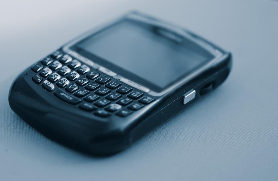 BlackBerry fue durante la década pasada el símbolo de las telecomunicaciones gracias a sus smartphones, pero hoy casi nadie compra sus teléfonos y el futuro de la compañía podría estar en los vehículos autónomos. En la actualidad, BlackBerry no llega ni al 1 por ciento de la cuota de mercado en el segmento de los smartphones, el cual es dominado por Samsung y Apple. Durante el miércoles, las acciones de BlackBerry subieron casi un 12 por ciento luego de que la compañía dio a conocer sus resultados para el tercer trimestre del año. Entre julio y septiembre, BlackBerry tuvo ingresos