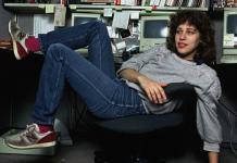 Susan Kare en una foto publicada en una revista estadounidense de 1984, cuando trabajaba en Apple, con Steve Jobs.