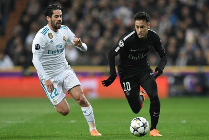 Alves le embarra un moco a Cristiano Ronaldo durante un partido