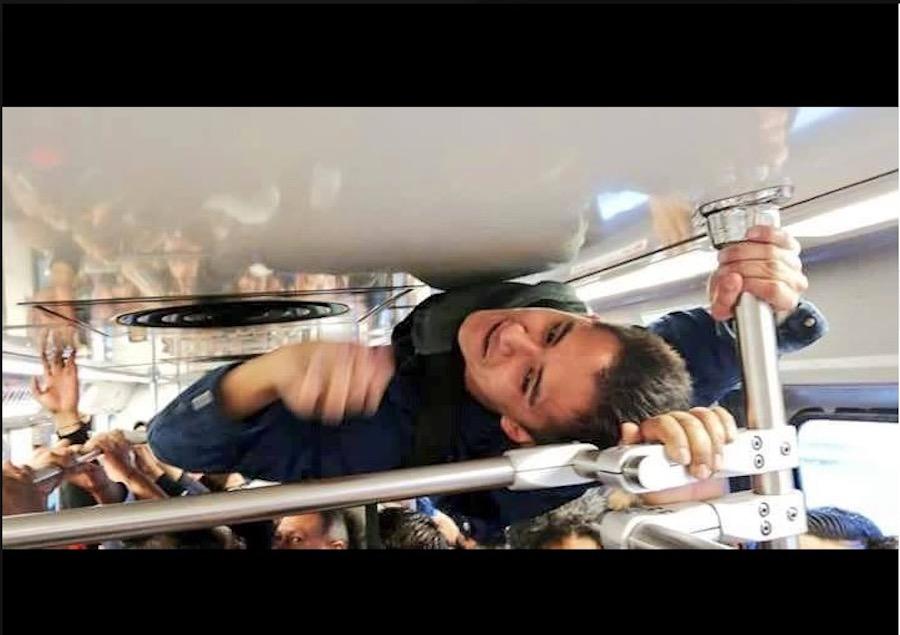 Viaja hombre en techo de metro para salvar bono de puntualidad