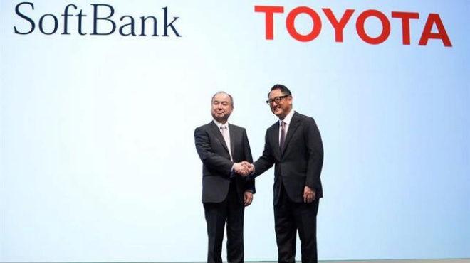 El presidente de Toyota, Akio Toyoda, y el gerente general de SoftBank, Masayoshi Son, se saludan este jueves en Tokio. Imagen: Monet.