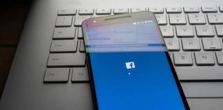 Facebook en telefono sobre teclado