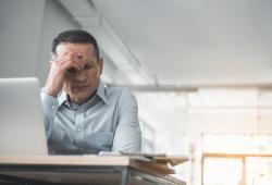 Trabajador con estrés laboral