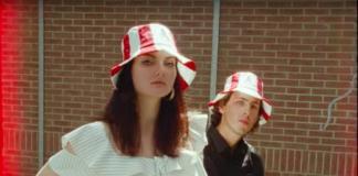 KFC lanza sombreros en forma de cubetas de pollo