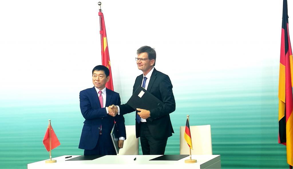 Firma del acuerdo entre Great Wall Motors y BMW. La empresa conjunta será propiedad 50/50 de cada una.