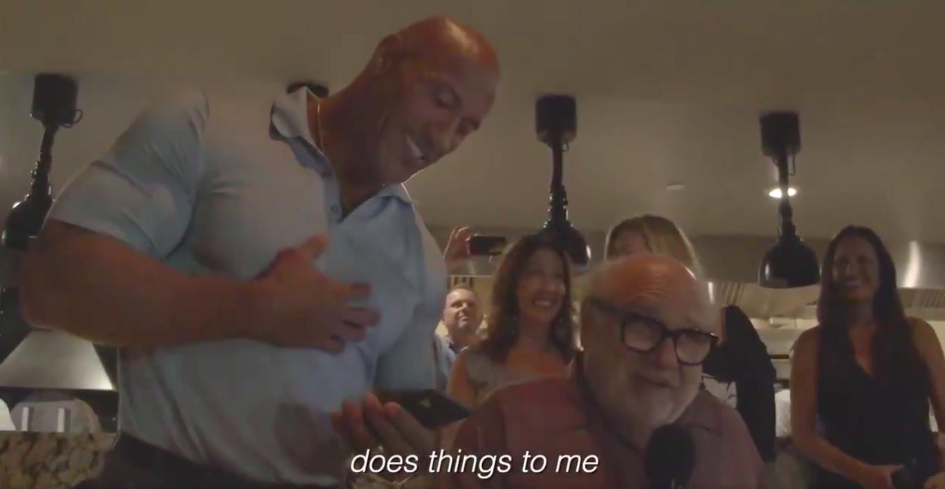 The Rock y Danny DeVito se colaron a una boda en México para publicitar Jumanji