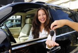 Mujer recibe su auto en agencia