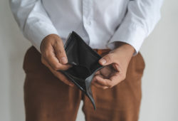 Hombre muestra cartera vacía