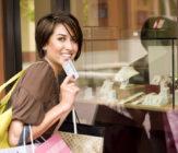 Mujer realiza compras con tarjeta de crédito