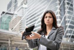 Mujer sin dinero en la cartera