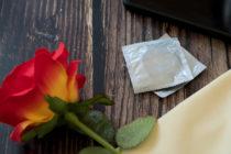 Condones junto a una rosa
