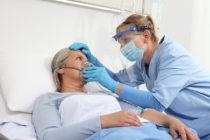 Enfermera coloca oxígeno a paciente