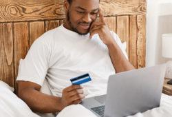 Hombre hace compras online